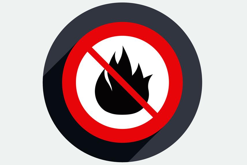 Ha valaki a tűzgyújtásra vonatkozó szabályokat nem tartja be, több tízezer forintos bírságot is kaphat, nem beszélve arról, ha tevékenységével, gondatlanságával tüzet okoz, mely esetben a bírság százezres nagyságrendben is mozoghat. Nagyon fontos figyelni tervezett tűzgyújtás esetén arra is, nincs-e érvényben éppen tűzgyújtási tilalom, ilyenkor ugyanis a tűzgyújtás a legtöbb esetben akkor sem megengedett, ha egyébként igen. Kivételt képez ez alól a kertben való grillezés, illetve sütögetés, természetesen a megfelelő biztonsági előírások betartása mellett. További és pontosabb információért kattints a Katasztrófavédelem honlapjára!