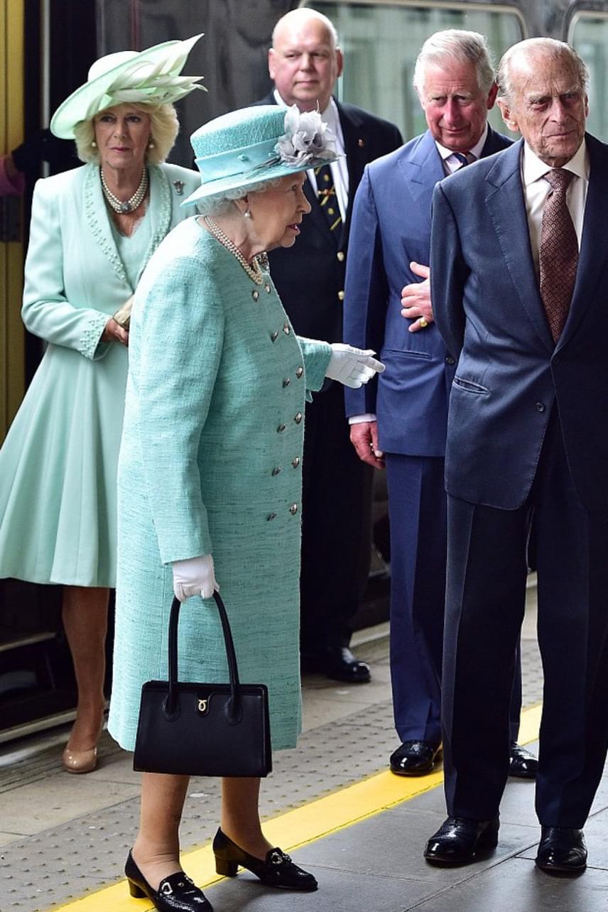 Erzsébet királynőnek hamar feltűnt, hogy Kamilla hercegné semmibe vette ezt a szabályt - valószínűleg ezért volt morcos a látogatásuk alatt.