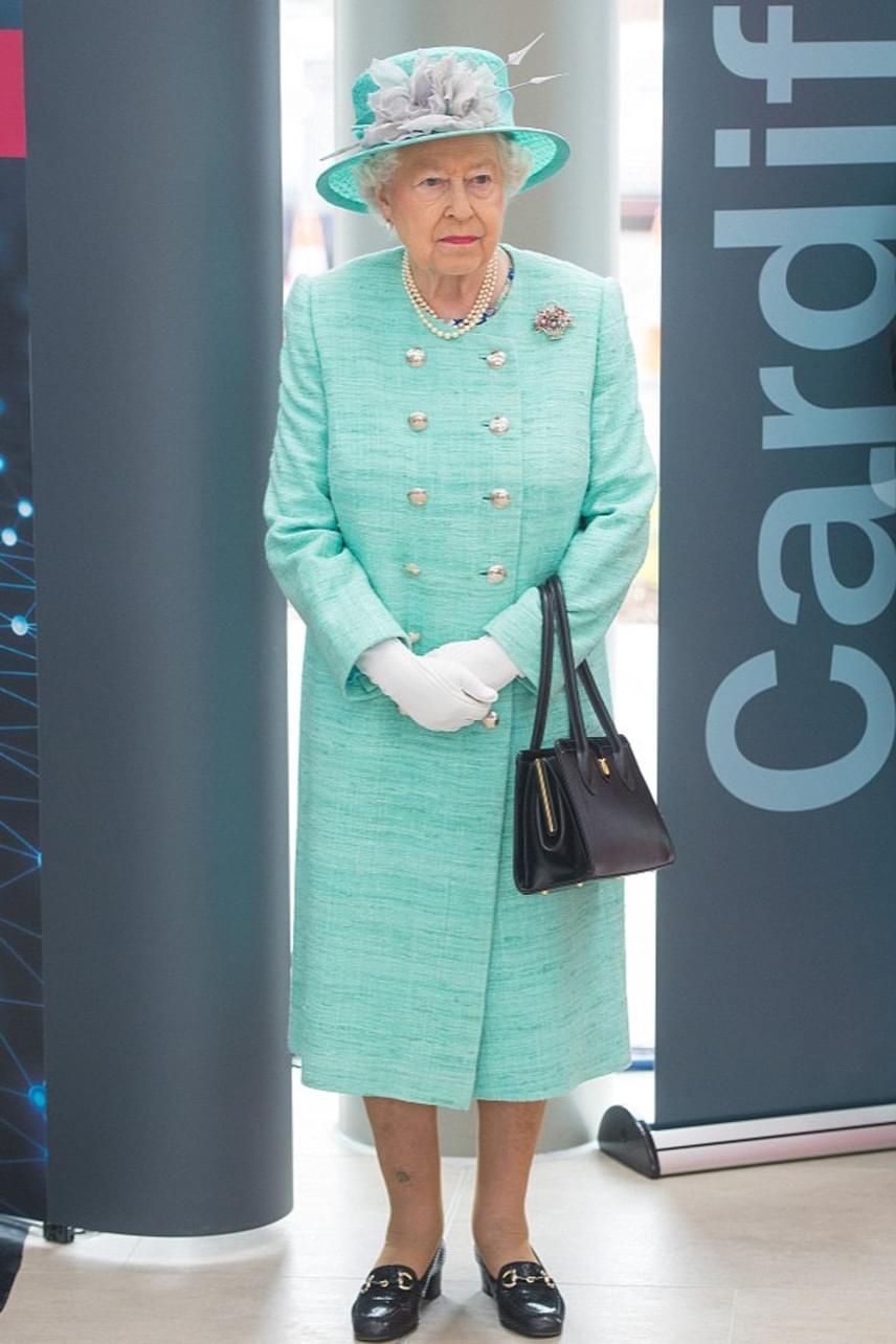 A királynő nagy kedvelője a színes kabátkáknak, a szivárvány minden színében található egy-egy darab a ruhatárában.