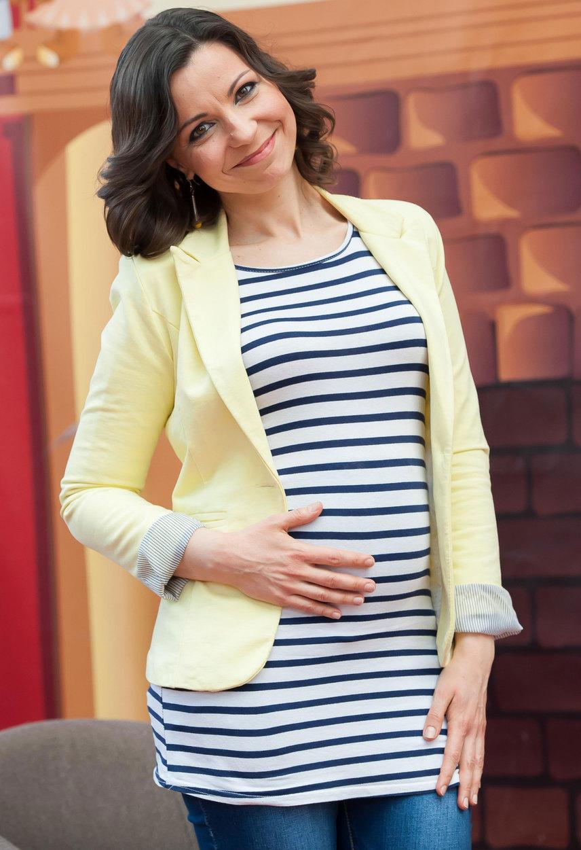 A Crystal zenekar egykori énekesnője a Kismenők április 9-i sajtótájékoztatóján jelentette be, hogy első gyermekét várja.