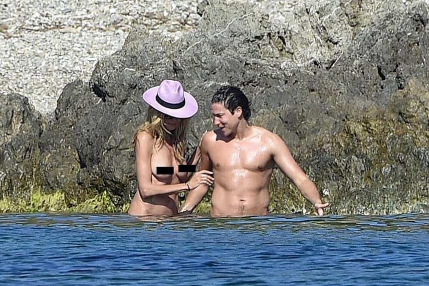Így biztosan nem lesznek napozási csíkjai Heidi Klumnak! Ha már szerelme lekapta a felsőjét, ő is követte a példáját, és félmeztelenül indult meg a víz felé.