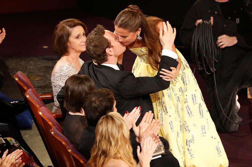 Az idei Oscar-gálán lett igazán gyanús, hogy egy párt alkotnak, ugyanis amikor Alicia Vikander megkapta a legjobb női mellékszereplőnek járó Oscar-díjat, egyből a színészhez szaladt, hogy adjon neki egy puszit.