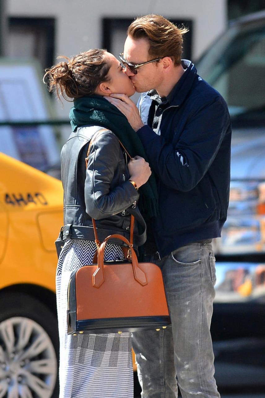 A nyílt utcán kapták le a színészpárost, ahogy önfeledten csókolóztak. Ezúttal nem forogtak a kamerák, úgyhogy nem mondhatják, hogy felvétel közben csípték őket fülön.