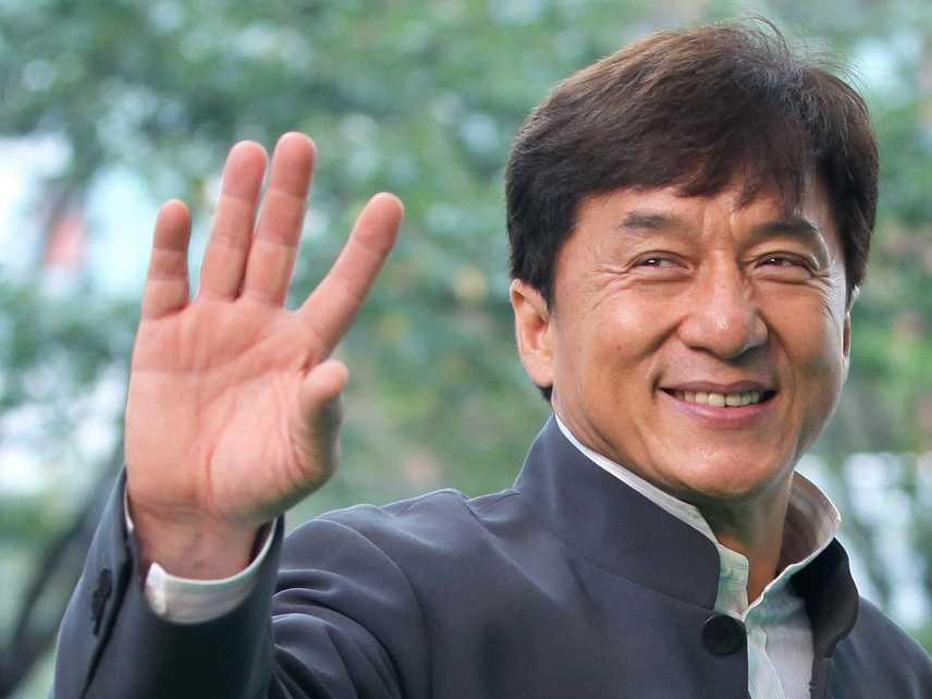 """Mielőtt milliók kedvenc sztárjává nőtte volna ki magát Jackie Chan, komoly anyagi gondokkal küszködő, 21 éves színész volt. Egyik interjúban bevallotta, szüksége volt a pénzre, így olyan filmben játszott, amelyben egy pornószínésznővel gyakorolja az ágyakrobatikát. """"Nem szégyellem a filmet, az akkori porrnó nem volt olyan durva, mint manapság"""" - fogalmazott."""