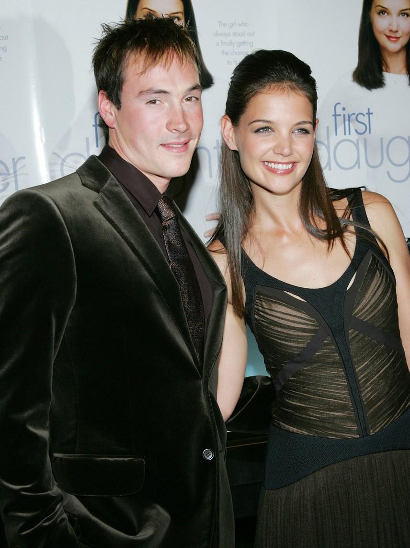 Katie Holmes és Chris Klein 2003-ban jegyezték el egymást három év után, azonban két évre rá szakítottak. A gyönyörű színésznő nem búslakodott sokáig, nyolc hét múlva már Tom Cruise-zal járt jegyben, akitől 2012-ben, hat év házasság után vált el.