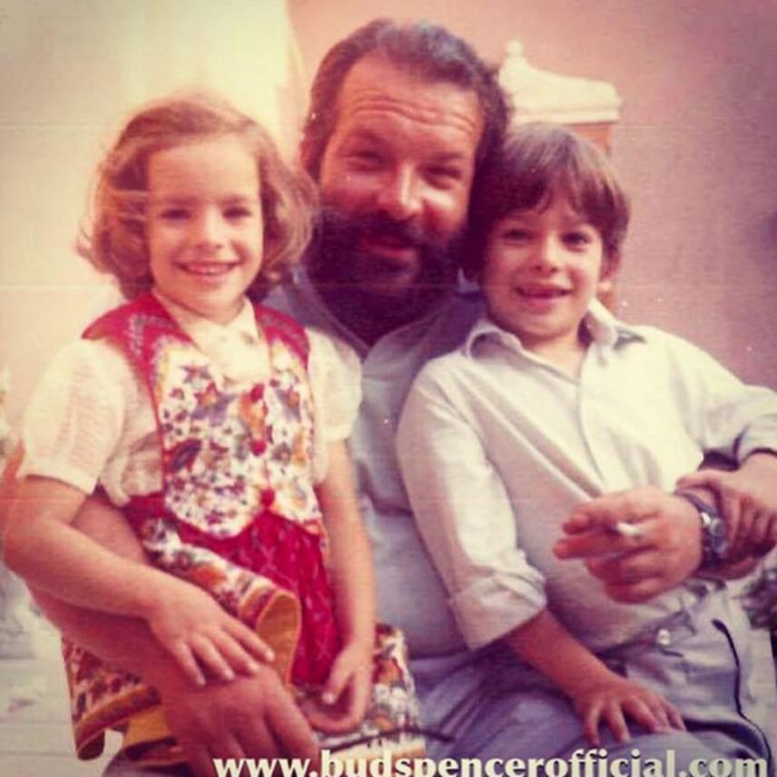 Bud Spencer itt még csak gyermekeivel pózol: lányát, Christine-t és fiát, Giuseppét tartja az ölében. Harmadik lánya, Diamy ekkor még nem született meg.