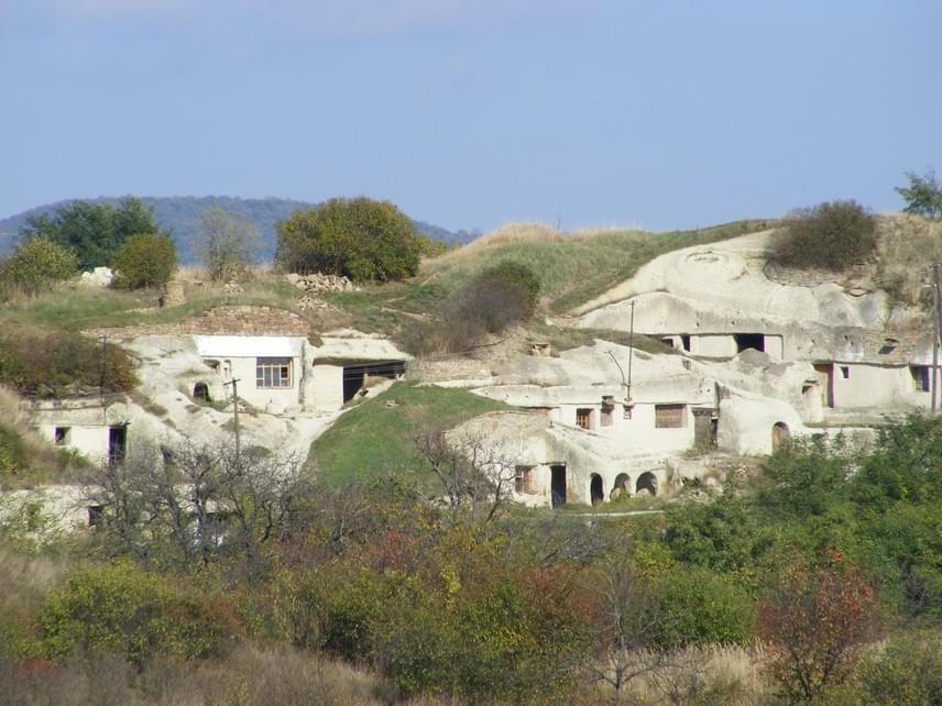 Pocem                         Hihetetlen, de igaz: ezekben a barlanglakásokban pár évtizeddel ezelőtt még életvitelszerűen laktak. A puha riolittufába vájt lakrészek az elszegényedő réteg feje fölé biztosítottak fedelet. A XX. század elején még több százan lakták őket, és csak az 1960-es években számolták fel az azóta művésztelepi funkciót kapott Farkaskői-dűlőt, de a falu szélén máig megláthatjuk a régmúlt nyomait az udvarok istállóin, kamrahelyiségein.