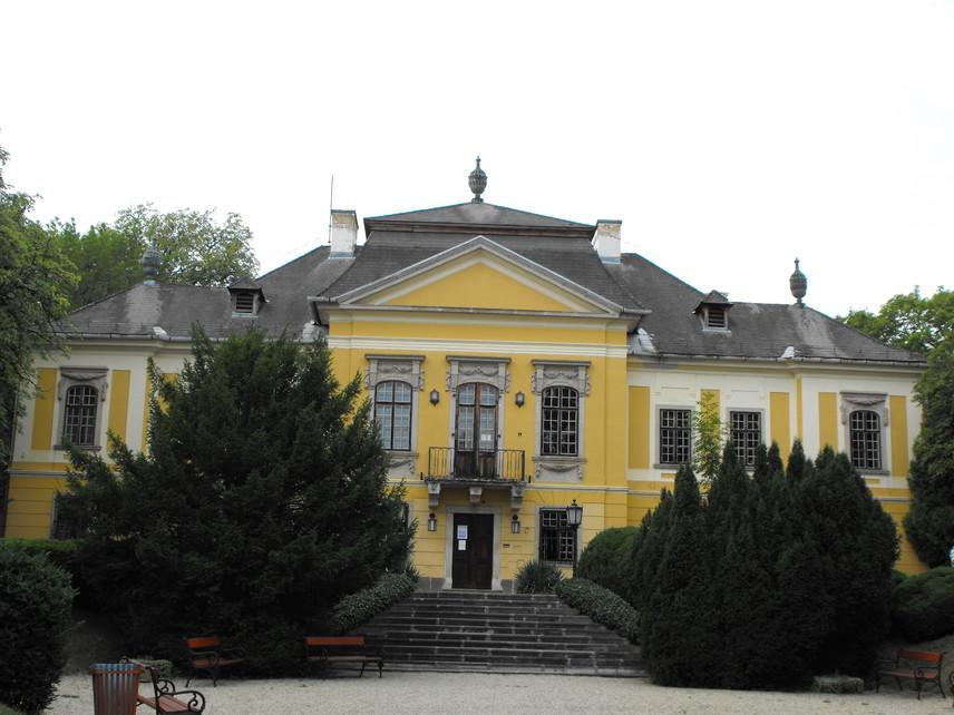De la Motte-kastély                         A késő barokk, copf stílusú kastély az 1700-as évek Noszvajának emlékét őrzi. Báró Szepessy Sámuel építtette, majd eladósodása után Almásy gróf özvegye, Vécsey Anna vette meg tőle 11 ezer forintért, akinek második férje volt a névadó de la Motte ezredes. Minden bizonnyal a márki személyének köszönhető a franciás kastélybelső és a Versailles-t idéző palotakert is. A mennyezeti és falfreskók, a madaras szoba és a télikert is a XVIII. századi francia előképek hatását mutatja. A kastély ma múzeumként működik, mely 11 és 17 óra között idegenvezetővel látogatható, a teljes árú belépőjegy pedig 800 forint.