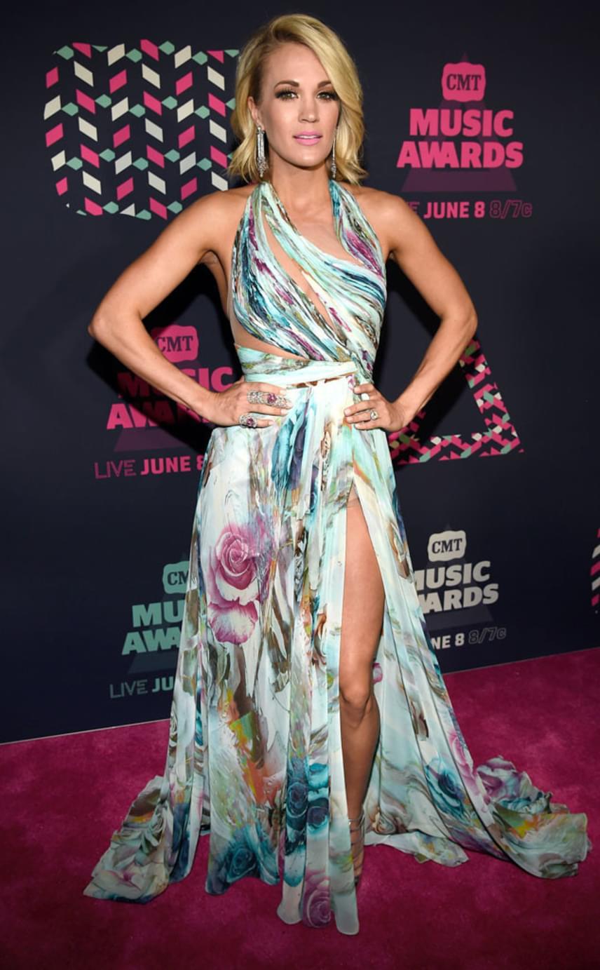 Sokat mutatott magából Carrie Underwood, mégsem tűnt közönségesnek merész ruhájában. A hatalmas rózsák különösen romantikussá és nyáriassá varázsolták a szettjét.