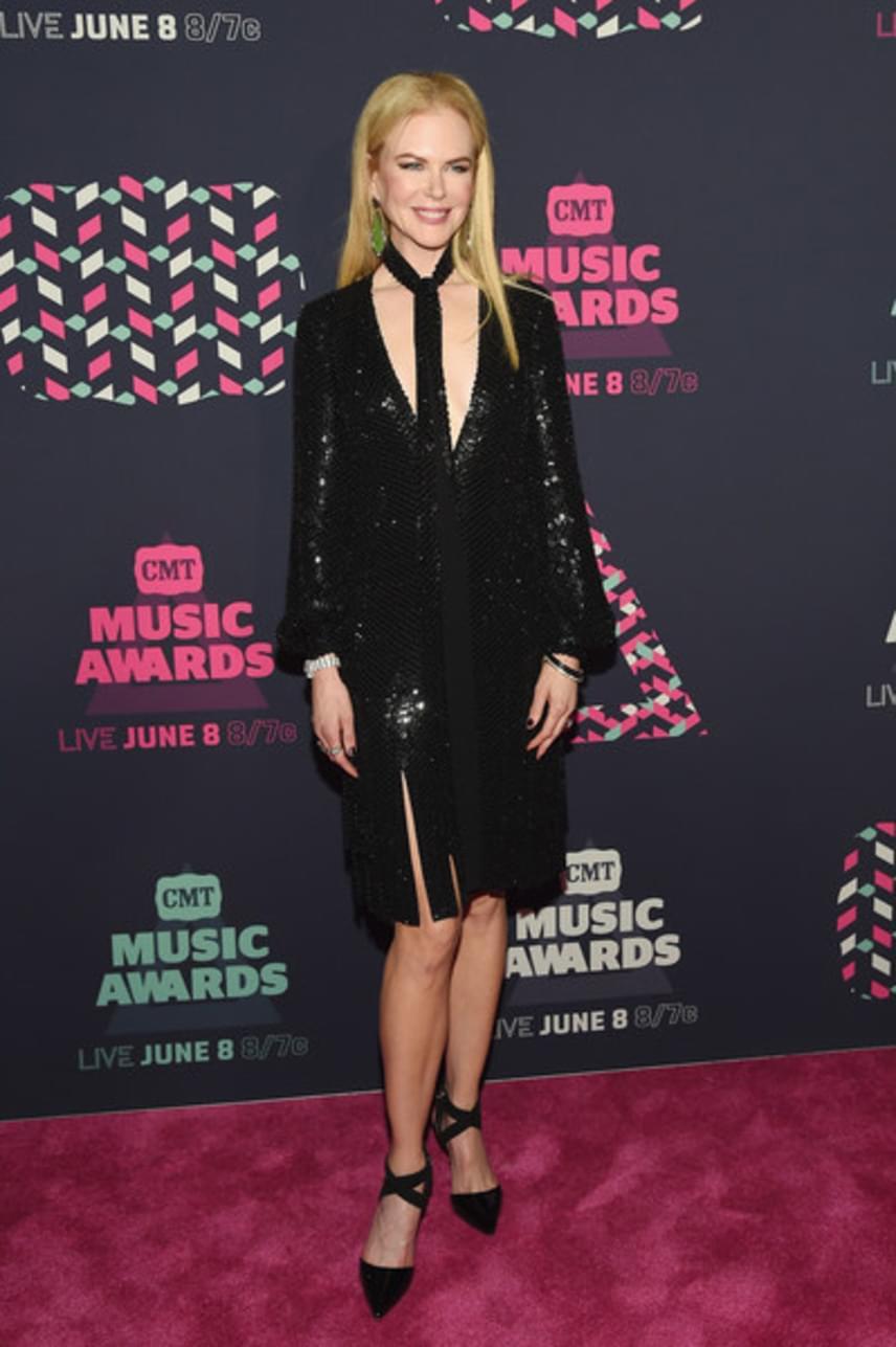 Nicole Kidman a férjét, Keith Urbant kísérte el a zenei díjkiosztóra. Mint mindig, most is nagyon csinos volt - ezúttal ebben a flitteres, fekete estélyiben.