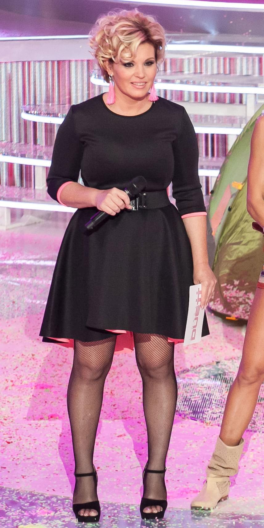 A Mohito újragondolta a klasszikus kis feketét, és egy kis pinkkel fűszerezte meg. Az összhatás érdekében Liptai Claudia egy pár pink fülbevalót viselt - mivel a stylist sehol nem kapott a ruha bélésével megegyező színűt, ő maga készítette el őket.