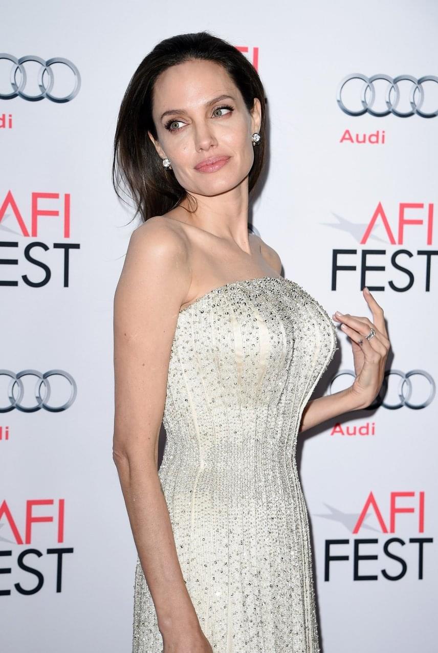 Angelina Jolie kettős masztektómiája után hozta nyilvánosságra, hogy olyan génmutációval rendelkezik, ami 87%-os esélyt jelent a mellrák kialakulására. A híresség édesanyja is a rettegett kórba halt bele 56 évesen, így Jolie megelőzésképpen amputáltatta a melleit.