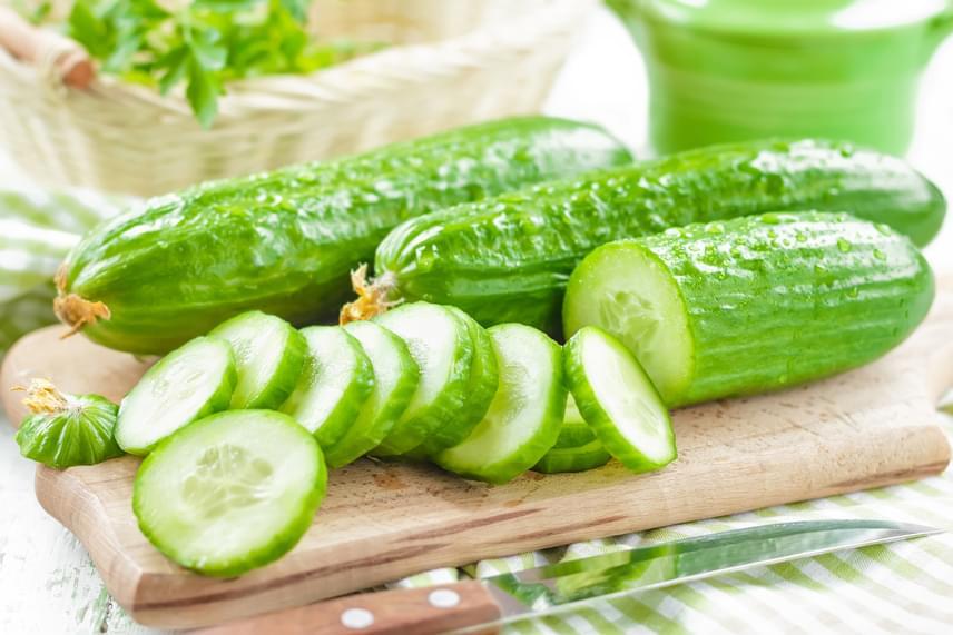 A méregtelenítő kúrák egyik leggyakrabban ajánlott zöldsége, az uborka is nyáron érik. Az antioxidánsainak, rostjainak és más hatóanyagainak köszönhetően erős salaktalanító hatású zöldség nyersen fogyasztva a legjobb. Kerüljön fogyókúrás vízbe, salátába vagy akár könnyű szendvicsekre, és nagyon észre fogod venni a hatását!