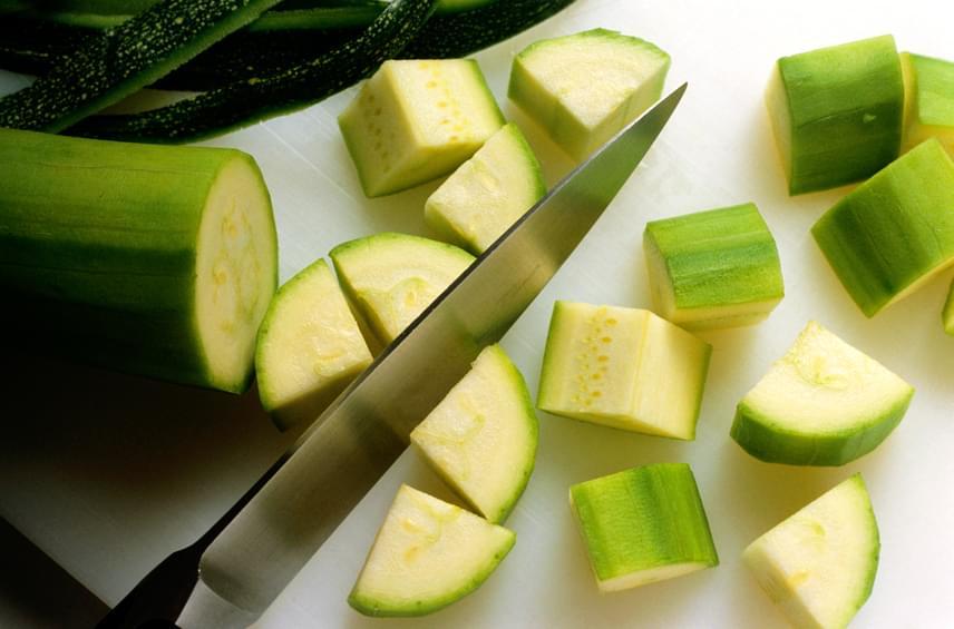 100 gramm cukkinivel 3 gramm rostot és csak 30 kalóriát viszel be. Éppen ezért a cukkini az egyik leglaktatóbb kalóriaszegény étel, amelyből ráadásul nagyon változatos köreteket készíthetsz, a grillzöldségektől az áltésztáig. Emellett a növény gazdag luteinben és zeaxantinban - jótékony fitokemikáliákban -, így a szemed egészségét is őrzi.