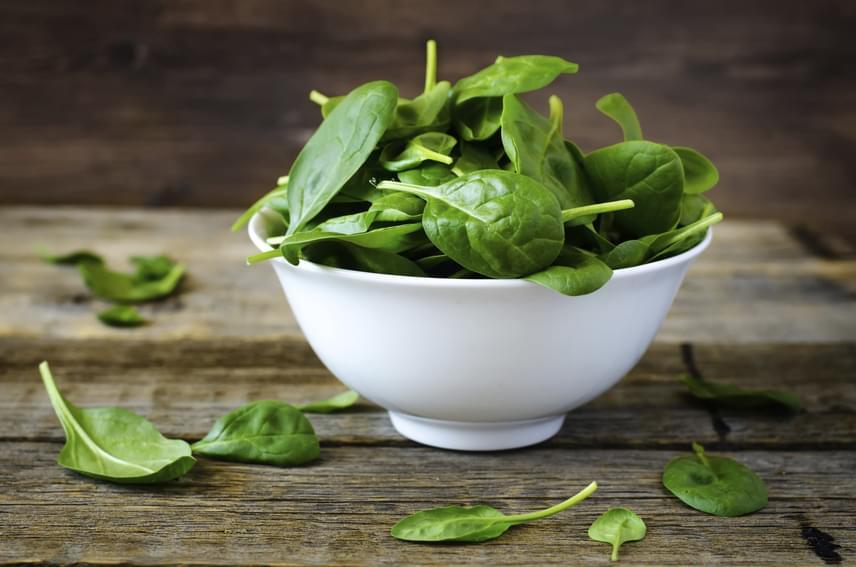 A spenót vasban, rostokban és antioxidánsokban gazdag, ám kalóriákban nagyon szegény. Főként enyhébb ízű változatát, a bébispenótot használhatod éppen ezért arra, hogy az ételeket ízük megváltoztatása nélkül laktatóbbá, egészségesebbé tedd. Készíts spenótos zöld turmixokat, mártást, köretet vagy salátát, és nagyon sokat teszel vele a karcsúságért!