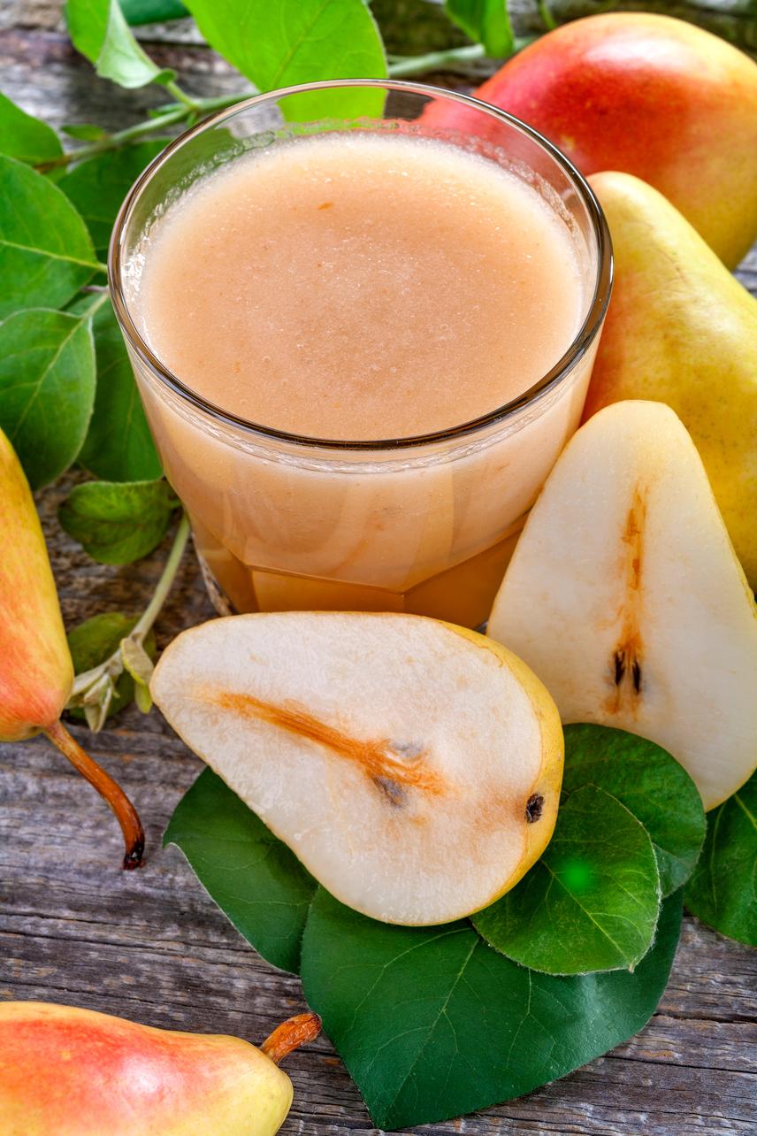 A körte magas rosttartalma miatt nagyon eltelíti a gyomrot, ráadásul jó ízt ad a smoothie-nak, míg az avokádó az egészséges zsírokról és a vitaminok felszívódásáról gondoskodik. Válassz ki három jókora darabot kedvenc körtefajtádból, tegyél mellé egy pucolt avokádót, és pürésíts az egészet simára. Ha szeretnéd laktatóbbá tenni az italt, egy evőkanál áztatott chia mag révén további két gramm rosttal gazdagíthatod a turmixot, ami nagyon sokat számít.