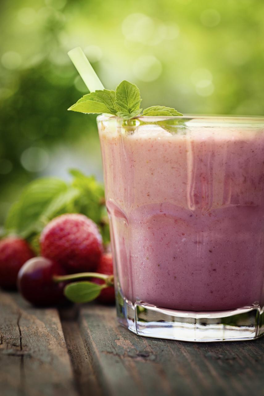A málna a nyár egyik legmagasabb rosttartalmú gyümölcse, míg szénhidráttartalma egészen alacsony. Kombinálj egy pohár málnát ugyanennyi más piros, bogyós gyümölccsel - például eperrel vagy szederrel -, és ízesítsd kevés friss gyömbérrel, citrommal az italt. Ha még laktatóbb finomságra vágysz, egy evőkanál lenmag jól illik a gyümölcsökhöz, így alig száz kalória mellé akár több mint három gramm rostot bevihetsz, ha megiszod a teljes mennyiséget.