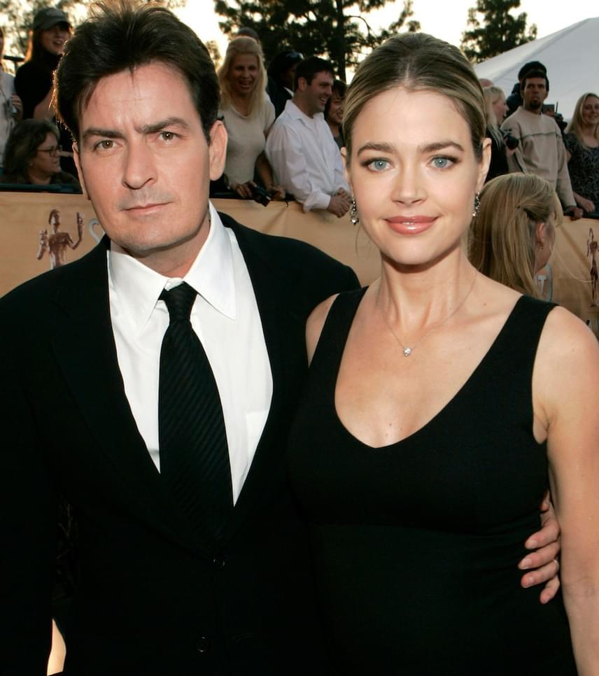 """Talán senkit nem lep meg, hogy a legdurvább válás Charlie Sheen nevéhez kötődik. Akkori felesége, Denise Richards várandós volt második gyermekükkel, amikor beadta a válókeresetet, Sheen agresszív viselkedésére hivatkozva. Bizonyíték nem is nagyon kellett, ugyanis a bíróságon a színész tehetségtelen, szemét, gonosz disznónak hívta a feleségét, majd hozzátette: """"Sírj a kopasz anyád vállán, te vesztes"""" - ugyanis Richards édesanyja éppen rákos beteg volt."""