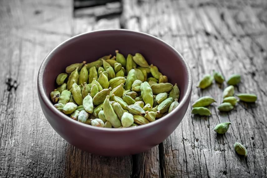A kardamom egyike azoknak a fűszereknek, amelyek enyhén növelik a testhőmérsékletet, így élénkítik az emésztést és elnyújtják a jóllakottságot. A fűszer az indiai fogásokon kívül teában és kávéban is nagyon finom, melyeknek különleges, citrusosan friss ízt ad.