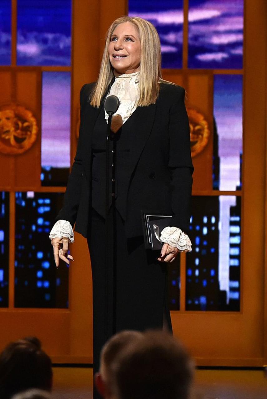 A legjobb musical díját Barbra Streisand nyújtotta át, amit a Hamilton kapott. A színésznő-énekesnő 40 év elteltével lépett fel a New York-i színházi világ legrangosabb díjainak átadásán, amelyre színesebb darabot is választhatott volna magának, törtfehér, fodros blúz nélkül.
