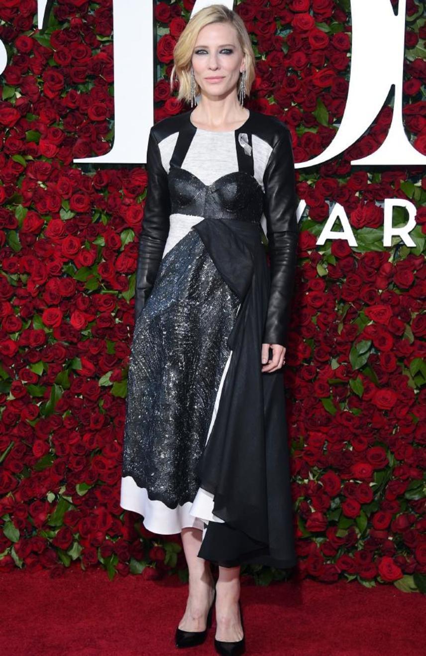 Cate Blanchett Louis Vuitton kreációját viselte a hétvégi Tony-gálán, választásával azonban nem aratott nagy sikert. A különböző anyagokból készült rockos ruha végképp nem illett a színésznő bájos külsejéhez.