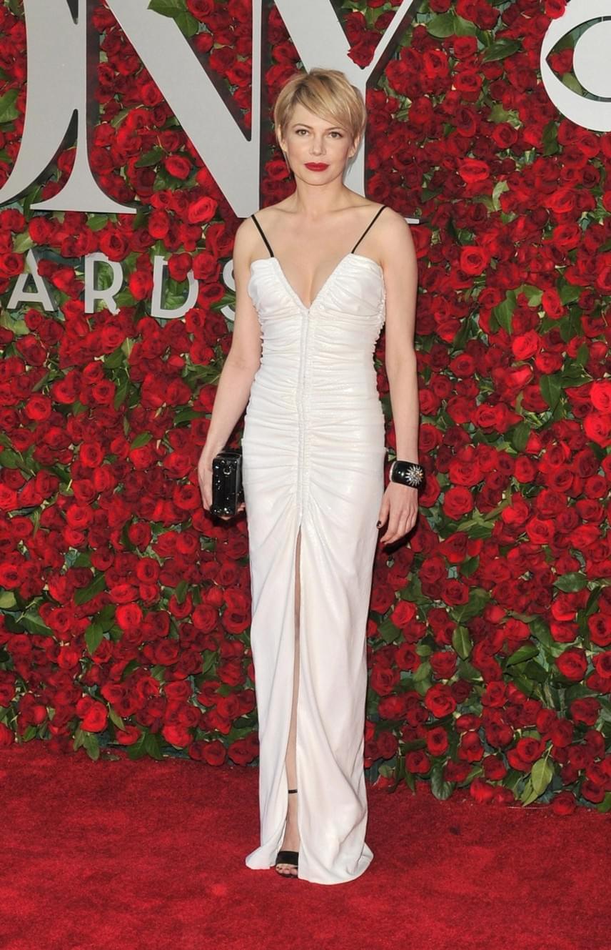Michelle Williams Louis Vuitton ruhája inkább a '90-es éveket idézi. A combig felsliccelt mélyen dekoltált ruha kicsit merészre sikeredett.