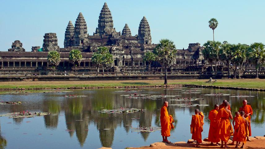 Kambodzsa többségi lakossága a khmer etnikumhoz tartozik, amely buddhista közösséget jelent, ám a vallásban az alapvető dogmák keverednek a hinduizmussal, az animizmussal és a halottak szellemének tiszteletével. Khmer nyelven beszélők Vietnamban és Thaiföldön is jelentős számban élnek.