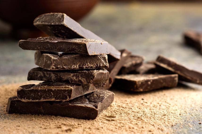 A túl sok, illetve a túl kevés koffein is okozhat fejfájást, utóbbi például abban az esetben, ha túlságosan hozzászoktál, azonban nem sikerült hozzájutnod a szokásos adaghoz. Akkor is jelentkezhet fejfájás, ha valaki érzékeny a koffeinre, ebben az esetben azonban nemcsak a kávéval, de a teával, a csokival és a kakaóval is érdemes vigyázni, kisebb mennyiségben ugyan, de utóbbiak is tartalmazhatják.