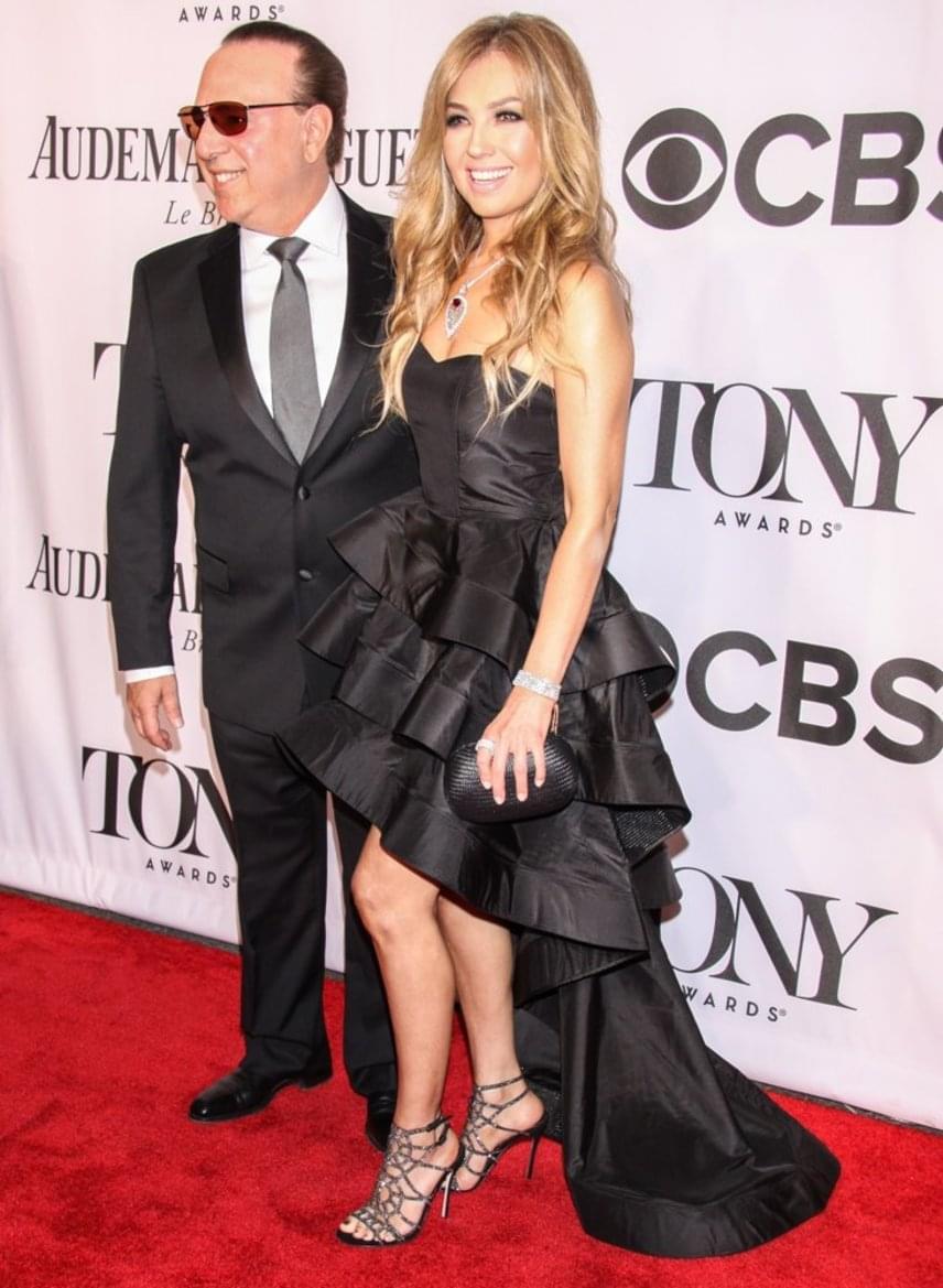 2014-ben egy elöl rövid, hátul uszályos darabra esett a választása. Az énekesnőt férje, Tommy Mottola kísérte el az eseményre, akihez 2000-ben ment hozzá. Sabrina lányuk 2007-ben, Matthew fiuk pedig 2012-ben született.