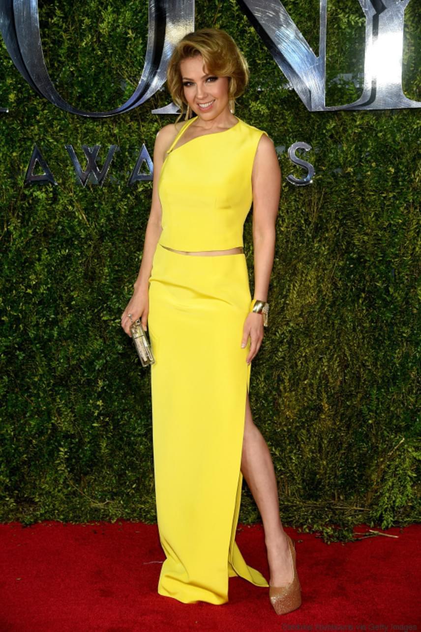 A tavalyi díjátadón egy citromsárga színű, letisztult estélyit viselt, amit egy lazán feltűzött konttyal és aranyszínű platformcipővel spékelt meg.