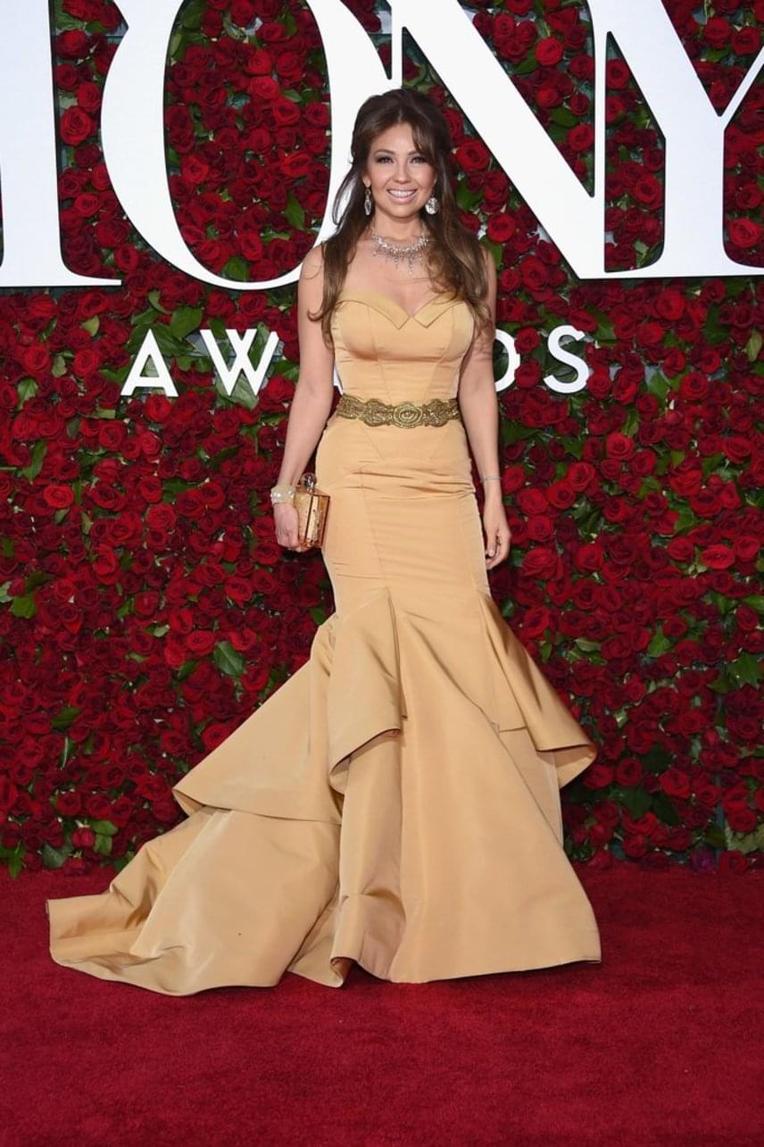 Thalia karamellszínű, Lucia Rodriguez által tervezett ruhájában a vörös szőnyeg egyik legszebb sztárja volt. Alakjára 40 felett, két gyermek után sem lehet panasz.