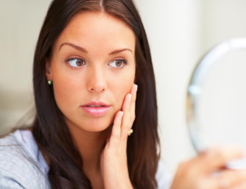 Ha érezhetően száraz - például arcmosás után feszül - a bőröd, akkor érdemes nem csak kívülről, krémek formájában hidratálni. A napi három liter elfogyasztott víz jelentős hatást gyakorolhat erre a kellemetlen jelenségre is.