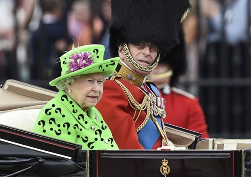 Emlékszel a Batman-filmek őrült, kétarcú pszichopatájára, Rébuszra, aki a filmben zöld ruhát viselt, amelyet hatalmas, fekete kérdőjelek tarkítottak? Erzsébet ruhájának színe jó alapot adott arra, hogy ilyen végeredmény szülessen.