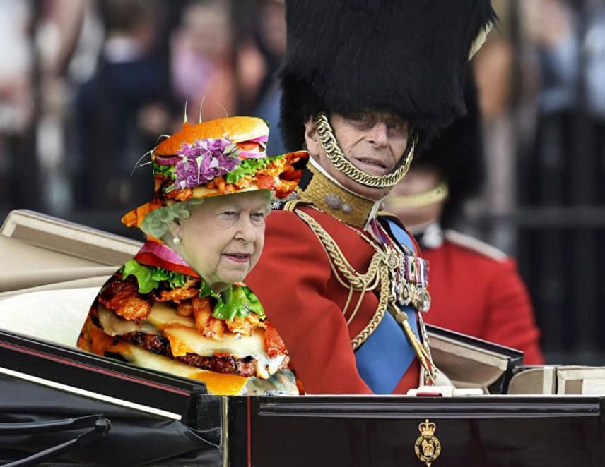 Mióta megjelentek az ünnepségen készült fotók, egymás után rukkol elő az inernet népe a különböző mókás verziókkal. Ezen a fotón hamburgert Photoshopoltak Erzsébet ruhájára, ezzel ő lett a Burger Queen.
