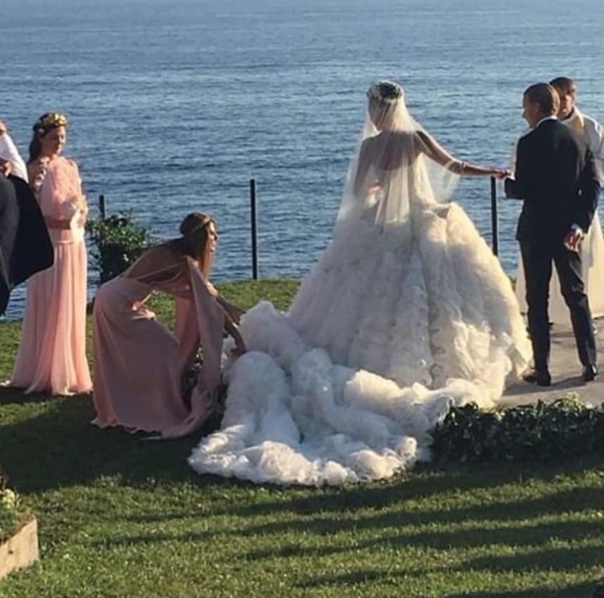 Az ara egy uszályos Alexander McQueen ruhakölteményben mondta ki az igent szerelmének.