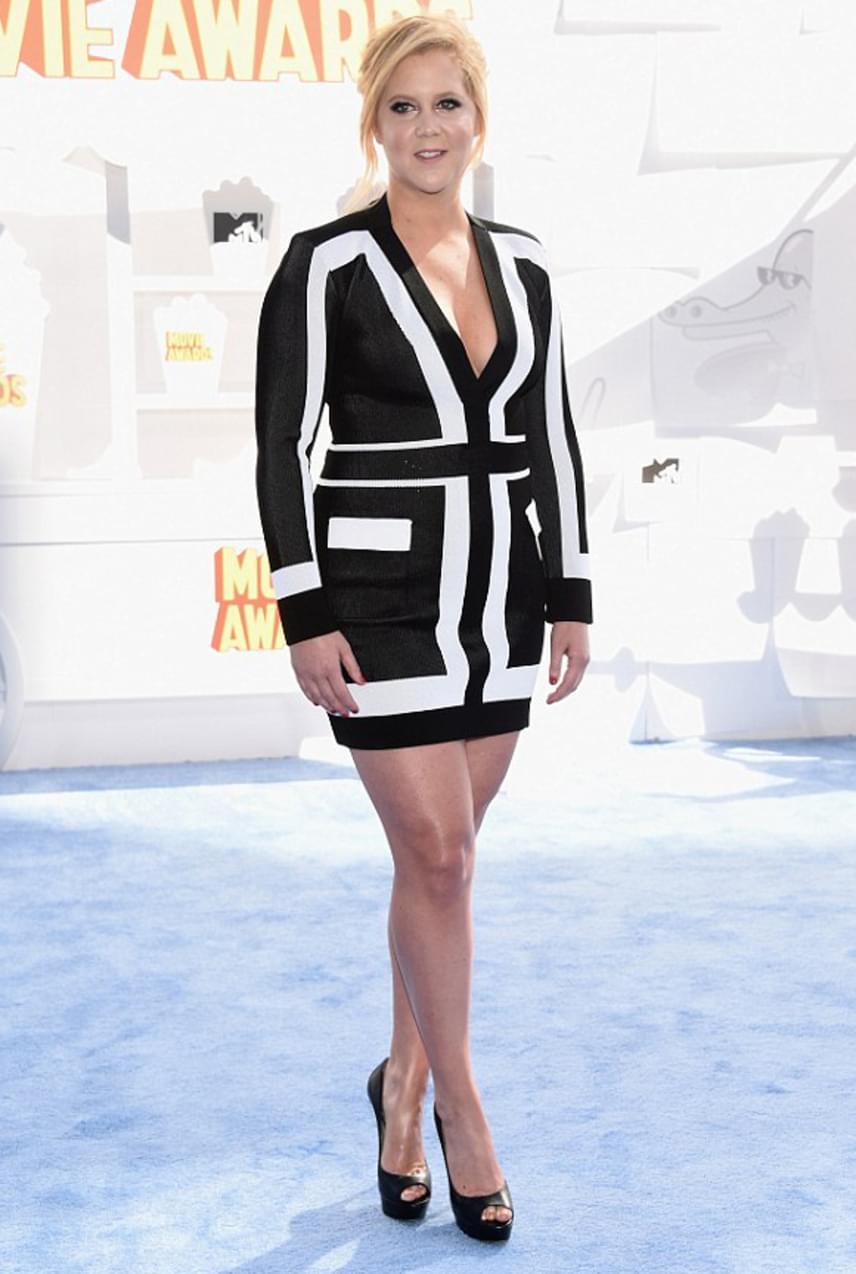 A Kész katasztrófa sztárja, Amy Schumer mindig is erős volt combban és csípőben, azonban mindig sikerül olyan ruhákat választania, amelyek előnyössé teszik vonalait. Ez a fekete-fehér színű, szűk szabású mini tökéletesen állt rajta.