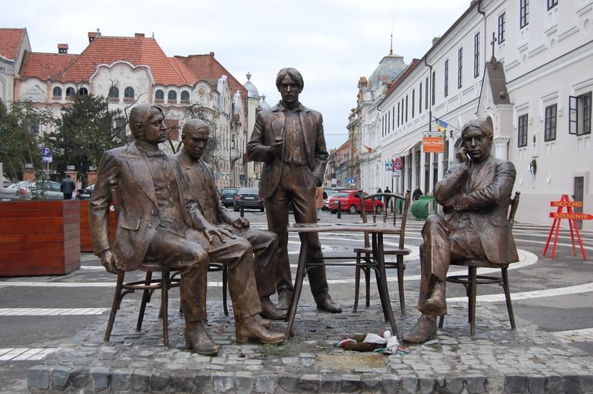 Nagyvárad magyar kultúra egyik legjelentősebb irodalmi központja volt a XX. században. A város temérdek napilappal és folyóirattal büszkélkedhetett akkoriban: itt működött például a Szabadság, a Nagyvárad, a Tiszántúl, a Nagyváradi Napló és a Holnap szerkesztősége, utcáin pedig megfordult többek között Ady Endre, Krúdy Gyula és Juhász Gyula is. Ady Váradot a Pece-parti Párizsnak nevezte a közelben folyó Pece patak miatt.