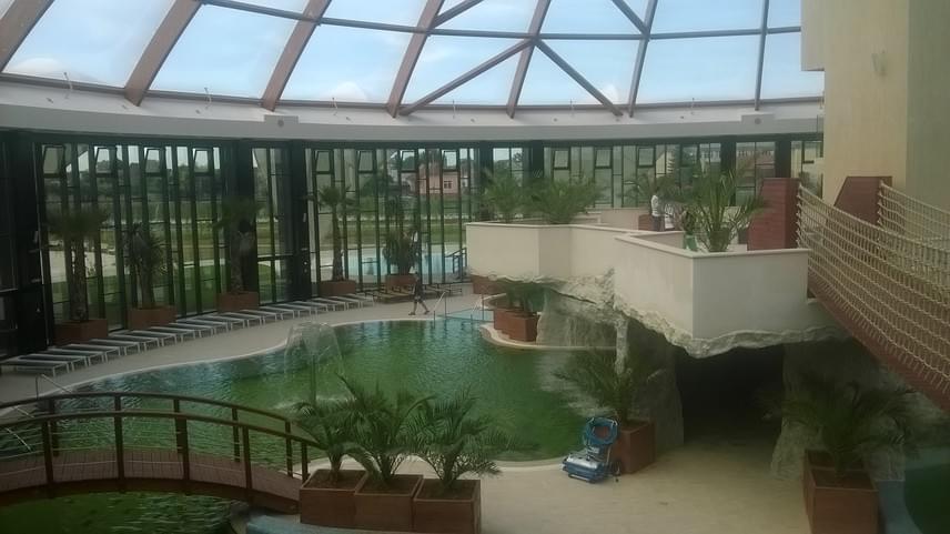 A nagyváradi fejlesztések során előkelő helyet kapott a turizmus és a vendéglátás megújítása is, a helyszínre látogatók ennek köszönhetően tökéletes fogadtatásban részesülnek: a Doubletree Hilton szállodalánc tagjaként ismert, ötcsillagos Oradea Hilton a Sebes-Körös partján mesés környezetben várja a látogatókat wellnessközponttal, gőzfürdővel és fitnesztermekkel. A négycsillagos Hotel President pedig a Félixfürdő melletti csendes erdőben várja vendégeit wellnessközponttal és aquaparkkal, melyek bővítését 2017-re fejezik be.