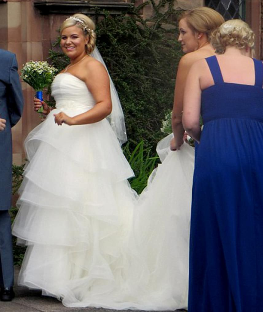 A menyasszony ruhája viszont nagyon csinos volt, Ruth Payne egy csodaszép tüllcsodában állt az oltár elé vőlegényével.