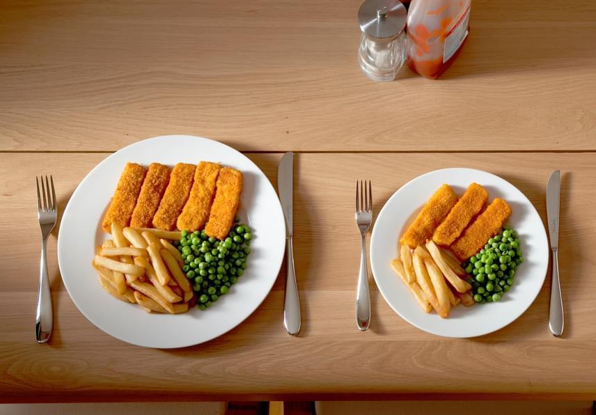 Jobb érzés egy kicsi tányért púposra szedni étellel, mint egy nagyobb tányér közepén látni ugyanazt a halmot! Az optikai hatást tovább növelheted, ha kisebb kanálra is váltasz, amivel ráadásul az étkezés ideje is hosszabb lesz, tovább fokozva a becsapós hatást. Ha poharat választasz, keresd inkább a lapos, tömzsi formákat, mint a magasat, így egyszerűen ráveheted magad, hogy több vizet vigyél be az étkezés mellé!