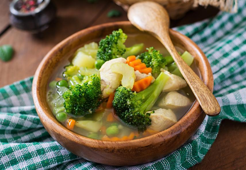 A levesek - éppen levüknek köszönhetően - könnyen kiadós ebéddé válnak. Legjobb, ha a krémleveseket egész zöldségekre cseréled, csökkentve ezzel a kalóriákat. Szinte bármelyik sovány húsból és zöldségekből készült, laktató leves bőven belefér a 400 kalóriába, ám hosszú időre elűzi a gyomorkorgást.