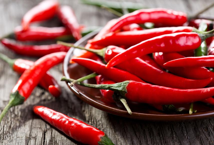A fűszerezés is nagyban hozzájárul ahhoz, hogy mennyire érzel laktatónak egy fogást. A kapszaicint tartalmazó chili és a gyömbér például sokat segítenek az emésztés felpörgetésében, egyszersmind a jóllakottság érzésének megteremtésében. Hasonlóan jól működik a menta és a borsmenta íze, sőt, illata is.