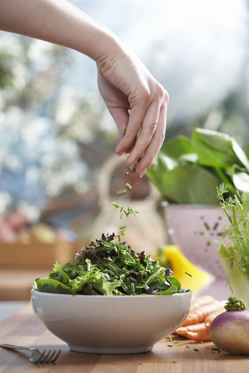 Púpozd magasra az ételt! Ez többnek mutatja a tányéron a mennyiséget, így azt az érzést kelti benned, hogy sokat ettél. Ideálisak erre a leveles zöldségek, amelyek laza, nagy kupacokban soknak tűnnek, ráadásul magas rost- és alacsony kalóriatartalmuknak köszönhetően tökéletes, laktató fogyókúrás ételek.