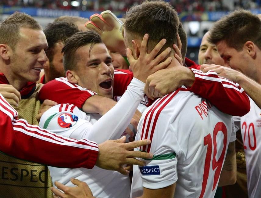 Stieber Zoltánt ölelgetik a második gól után.