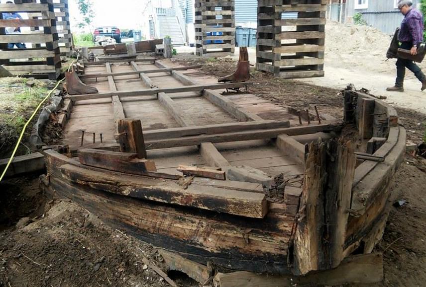 A korhadt kis csónaknak hitt deszkák egy 13 és fél méteres szénszállító hajó maradványai.