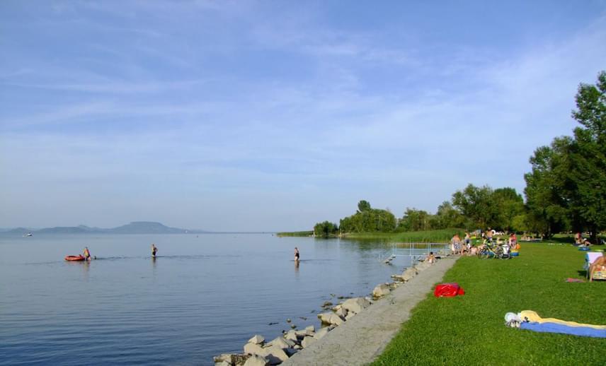 Balatonberény, a déli part legnyugatibb települése festői környezetben, gondozott zöld területtel és hosszú, nádasokkal tagolt partszakaszon várja a látogatóit. A strand gyönyörű panorámát nyújt a szemközti Badacsonyra és a Keszthelyi-öbölre. A központjában díjmentesen igénybe vehető a vizesblokk, és a parkolás is ingyenes.