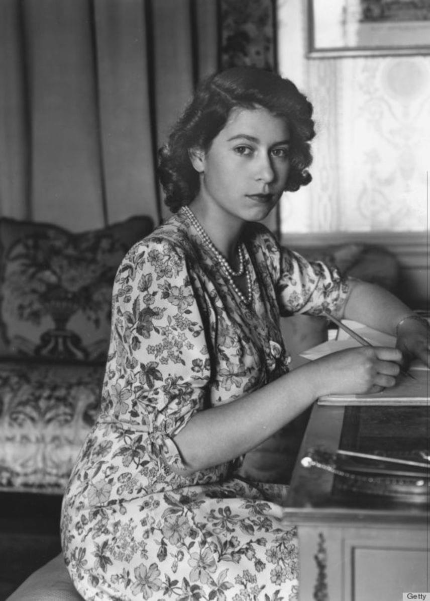 A 25 éves Erzsébetet édesapja, VI. György korai halála után, 1953. június 2-án koronázták királynővé. A fotó előtte készült.