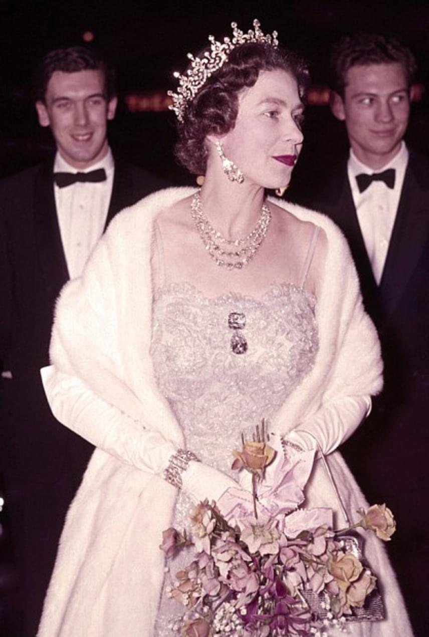 1962-ben egy londoni színházi előadáson vett részt ebben a fehér színű, apró gyöngyökkel kirakott estélyiben. Az esemény alkalmából a gyémántkövekkel kirakott koronát sem hagyta otthon.