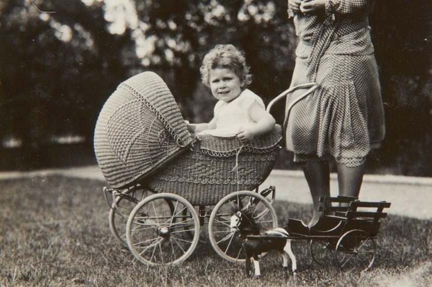 Erzsébetről kevesen tudják, hogy császármetszéssel jött a világra, 1926. április 21-én, hajnali 2:40-kor. Ez a róla készült babafotó abban az emlékkönyvben jelent meg, amelyet a királynő első dédunokája, György herceg tiszteletére készíttetett.