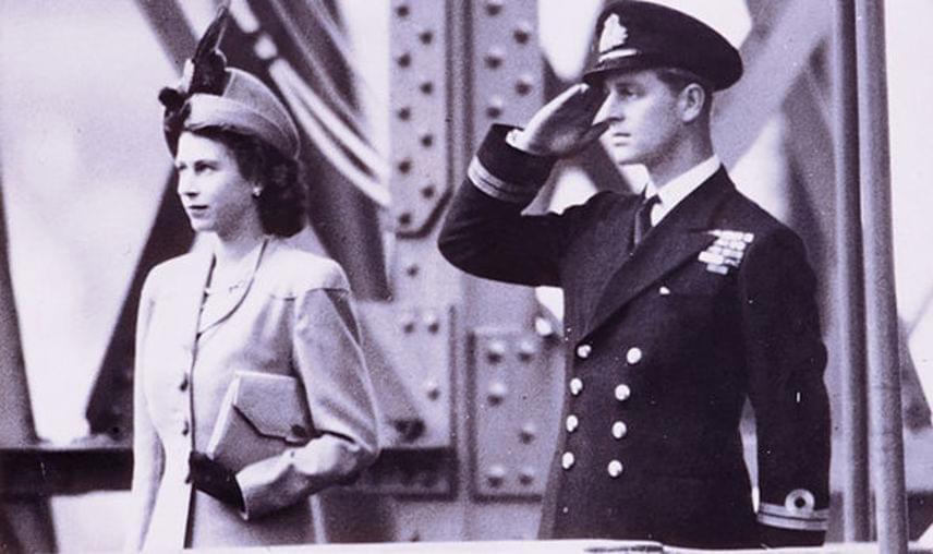 Erzsébet 20 éves volt, amikor ő és családja látogatást tett a dartmouthi tengerészeti akadémián, ahol későbbi férje, Fülöp herceg tanult. A királynő azonnal beleszeretett az ifjú tengerésznövendékbe. A fotó 1947-ben készült, ekkor már jegyben jártak, és még ugyanebben az évben összeházasodtak.